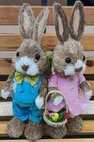 deux mignons lapins de pâques debout sur un banc. photo