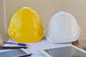 sécurité du casque jaune pour l'ingénierie sur le bureau au bureau photo