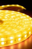 rouleau mené de ruban décoratif brillant. lumière de bande menée photo