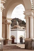 Vue par arcade sur une petite chapelle de la basilique de notre dame de Copacabana, Bolivie photo