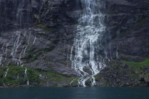 la cascade des sept soeurs sur le geirangerfjord, norvège photo