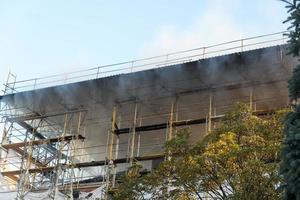 Le feu endommage le bâtiment en construction photo