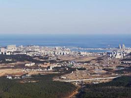 la vue sur la ville de sokcho depuis le sommet. montagnes seoraksan, corée du sud photo