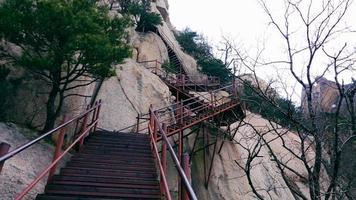 escaliers dans les montagnes. parc national de seoraksan. Corée du Sud photo