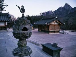 maisons asiatiques dans le temple sinheungsa. parc national de seoraksan. Corée du Sud photo