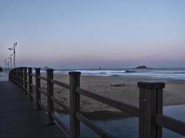 vue sur la plage de sokcho et la mer japonaise depuis le petit pont photo