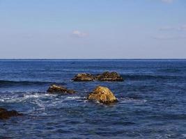 pierres dans la mer. ville de sokcho. Corée du Sud photo