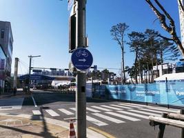 poster avec un pointeur dans le village olympique. ville de gangneung, corée du sud photo