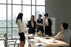 équipe commerciale internationale lors d'une réunion photo