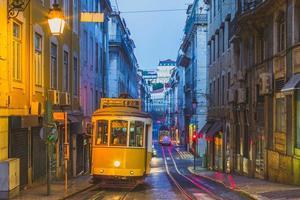 tram sur la ligne 28 à lisbonne, portugal photo