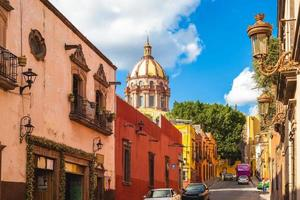 Dôme de l'église des religieuses à san miguel de allende au mexique photo