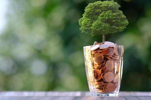 pile de pièces sur fond de table et économie d'argent et concept de croissance des affaires, concept de finance et d'investissement photo