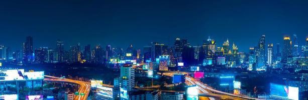 bangkok. l'horizon de la capitale bangkok qui brille et les gratte-ciel la nuit photo