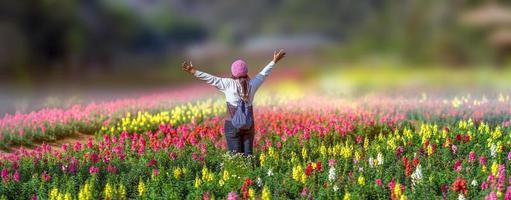grand jardin fleuri avec des femmes heureuses photo