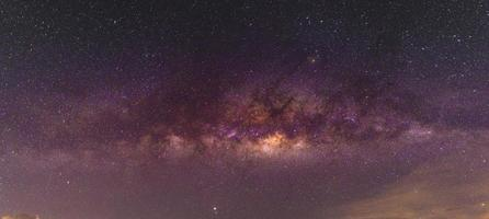 paysage nocturne avec voie lactée colorée et jaune clair pleine d'étoiles dans le ciel en été beau fond d'univers de l'espace photo