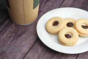 gros plan des biscuits aux cerises et du café sur la table photo