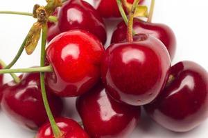 petites cerises rouges sur fond blanc photo