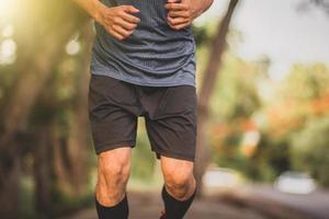 gros plan genou homme en cours d'exécution sport exercice, homme courir photo