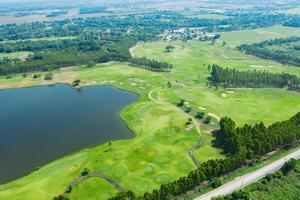 terrain de golf grand angle avec fond nature photo