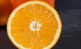 fruit orange sur la table avec fond noir photo