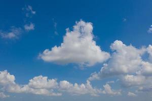 ciel bleu avec fond de nuages, heure d'été, beau ciel photo