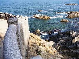 belle côte rocheuse dans le temple de naksansa, corée du sud photo