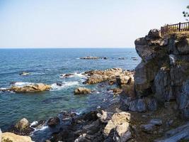 belle falaise au bord de la mer dans le temple de naksansa, corée du sud photo