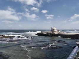 tempête sur la mer depuis la côte dans la ville de gangneung, corée du sud photo