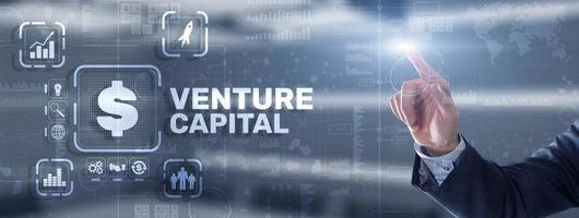 capital-risque. capitaux des investisseurs. homme d'affaires appuyant sur l'inscription de l'écran virtuel photo