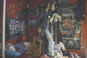 Jakarta, Indonésie, 2021 - jeune couple debout dans une pièce pleine de souvenirs rock and roll photo