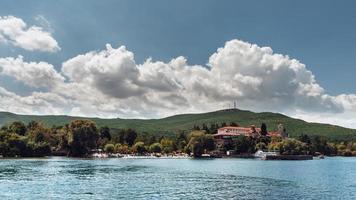 Monastère de saint naum ou sveti naum est un monastère orthodoxe oriental près de la ville d'ohrid en Macédoine du Nord photo