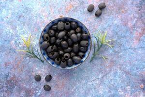 vue de dessus des olives noires dans un bol sur la table photo
