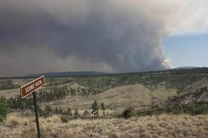 vue ironique de la vue panoramique sur la fumée du feu johnson dans la forêt nationale de gila photo