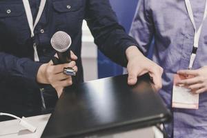 deux hommes d'affaires ont une conversation pendant la pause à la conférence d'affaires de démarrage. photo