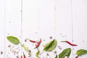 ingrédient d'épices légumes sur table en bois blanc photo