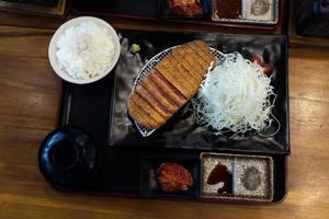 steak gyukatsu de boeuf croustillant frit servi avec du riz photo