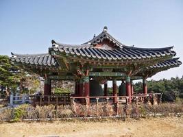 bâtiment coréen traditionnel dans le temple de naksansa, corée du sud photo