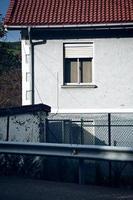 fenêtre espagnole sur la façade de la maison photo