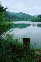 lac dans les montagnes à bilbao, espagne photo