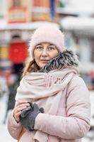 portrait d'une jeune femme dans des vêtements d'hiver chauds à l'extérieur lors d'un voyage photo