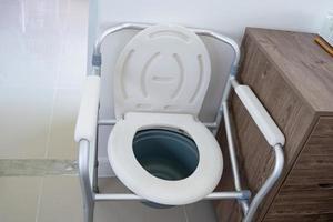 chaise d'aisance ou toilettes mobiles peuvent se déplacer dans la chambre ou partout pour les personnes âgées handicapées ou les patients à l'hôpital, concept médical solide et sain photo
