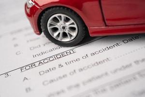 voiture sur le formulaire d'accident de réclamation d'assurance, les concepts de prêt automobile, d'assurance et de temps de location. photo