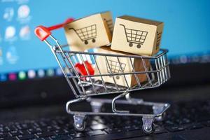 panier d'achat sur clavier d'ordinateur portable, concept d'exportation d'importation d'entreprise en ligne. photo