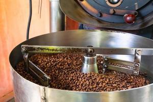 grains de café dans les machines de torréfaction du café photo