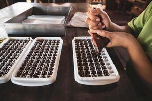 femme au foyer faisant des chocolats faits à la main à la maison photo