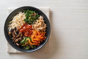 salade épicée coréenne avec du riz - cuisine coréenne traditionnelle, bibimbap photo