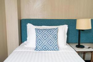 oreiller sur l'intérieur de la chambre de décoration de lit photo