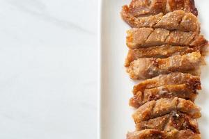 cou de porc grillé avec sauce épicée thaï photo
