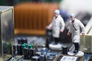 photo conceptuelle simple, mini figure médecins et infirmières mini figure évacuation des patients infectés