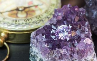 pierre précieuse de saphir violet naturel, bijoux de pierre précieuse d'améthyste violette photo